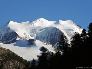Po wielu godzinach, poprzez Sant Moritz, późnym popołudniem docieram w pobliże masywu Bernina.