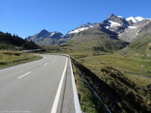 Wcześnie rano ruch na drodze znikomy, więc spokojnie można wjeżdżać do góry i podziwiać widoki.