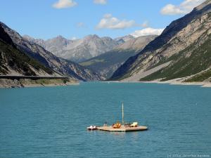 Zaraz za Livigno jest Lago di Livigno z taką sztuczną wysepką.