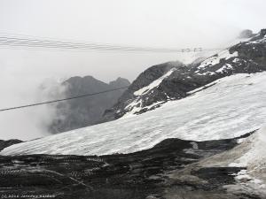 Docieram na 3016 m n.p.m. Tu niestety pada zimny deszcz, więc po odpoczynku zjeżdżam na wysokość ok. 1200 m i kieruję się na kemping w Bormio.