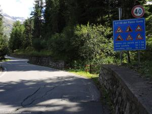 """Kolejnego dnia jadę jedną z """"niebezpiecznych"""" dróg, jaką znalazłem na stronie www.dangerousroads.org. Na tablicy wymieniono """"nieszczęścia"""", jakie czekają na podróżującego tą drogą."""