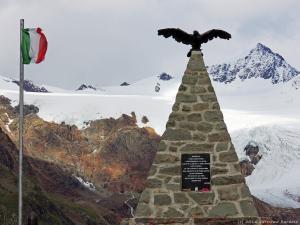 Po drodze ku Passo di Gávia 2621 m n.p.m. mijam pomnik ku pamięci zabitych podczas I Wojny Światowej.