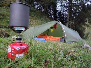 Biwakuję w lesie nad potokiem, na wysokości 1470 m. Zaraz będzie wrzątek na poranne musli i herbatę.