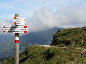 Biało-czerwone barwy, to typowy we Włoszech sposób oznakowania szlaku pieszego w górach :)