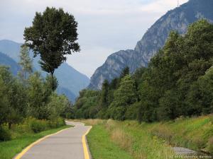 Taką ścieżką rowerową jadę wieczorem do miejscowości Storo.