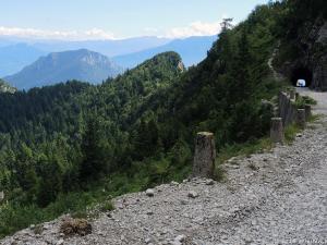 """Tego dnia pokonuję szybko 1000 m do góry, aby przejechać się słynną wśród rowerzystów drogą """"Tremalzo""""."""