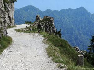 Ta trasa, to pełen wrażeń, trzygodzinny zjazd szutrową, a miejscami kamienistą drogą z wysokości ok. 1820 m na 86 m n.p.m.