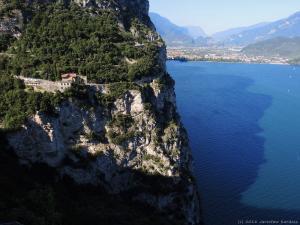 Po półce wykutej w skałach, łagodnie zjeżdżam drogą aż do jeziora Garda.