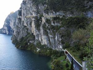 Półka, którą zjeżdżam do Riva del Garda. W dole tunel dla samochodów.