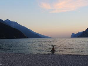 Kemping położony jest przy samej plaży, więc gorący wieczór spędzam nad brzegiem jeziora Garda.