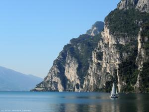 Widok na jezioro z przystani żaglówek w Riva del Garda.