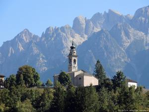Ten sam dzień, ale inne góry, inne miejsce - w tle Piccole Dolomiti, masyw Carega, a przede mną kolejna droga z serii dangerousroads.