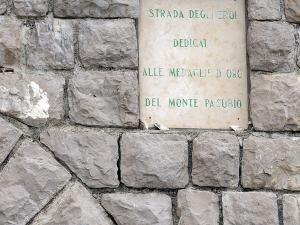 """Stoję przy tunelu, gdzie jest początek drogi """"Strada degli Eroi"""" (tłum. """"Droga Bohaterów"""")."""