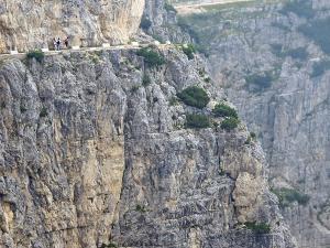 Droga wiedzie eksponowaną półką skalną do schroniska Rifugio Achille Papa.