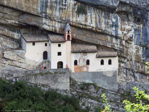 Przy drodze z gór Pasubio do Rovereto znajduje się wybudowana w skale pustelnia San Colombano. Budowla pochodzi z 1319 roku.