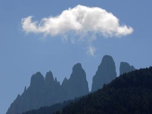 Kolejny dzień, to już Dolomity. Gdzieś zza grani wyłaniają się ich wierzchołki.
