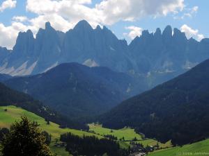 Widok na grupę Odle w Dolomitach z drogi ponad miejscowością Santa Maddalena w dolinie Val di Funes.