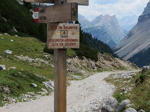 Przełęcz Passo di Limo (2172 m n.p.m.) i szlak wiodący do Cortiny d'Ampezzo.