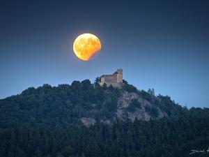Częściowe zaćmienie księżyca nad Zamkiem Chojnik