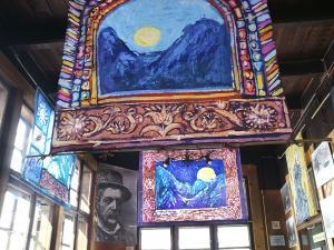 Wystawa batików na werandzie Schroniska PTTK Morskie Oko.