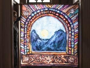 "Obraz "" Okno na Giewont"" na korytarzu schroniska."