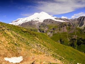 Elbrus-Krasaviec, widok z Czegetu.