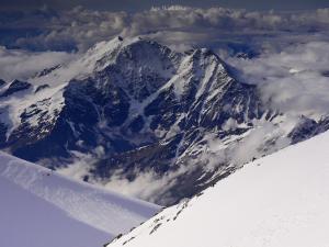 """Lodowiec """"Siódemka"""" pomiędzy szczytami Donguz-orun i Nakra."""