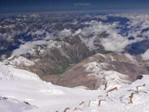 Shtavleri widziane z okolic bazy na Elbrusie, tzw. Beczek.
