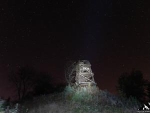 Wieża widokowa na Korbani nocą