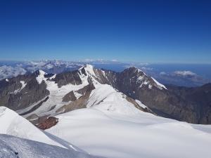 Kazbek - widok ze szczytu - w tle widoczny Elbrus