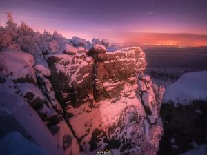 Jeden z tarasów widokowych oświetlony światłami Karłowa