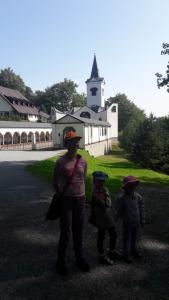 Příčný vrch - dzieciaki na tle Kościoła