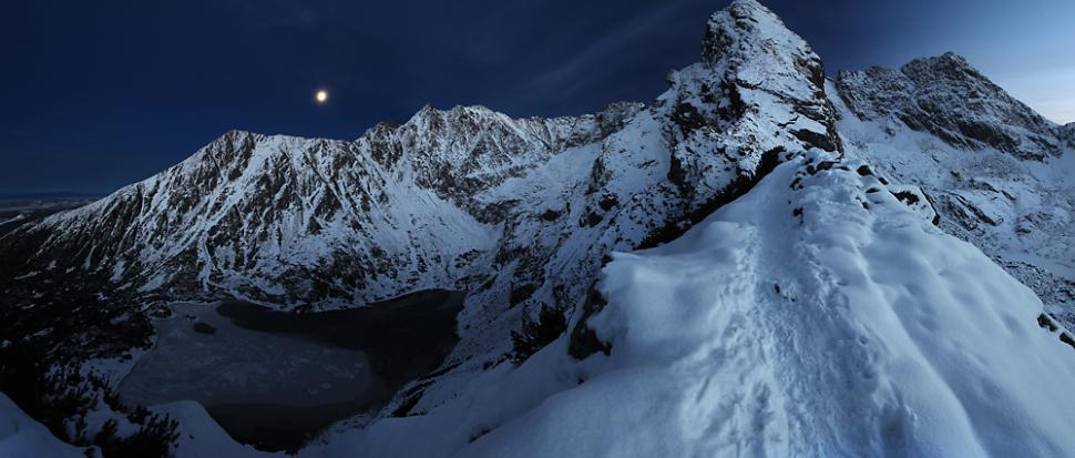 Zimowy wieczór na Małym Kościelcu. W tle Świnica, Żółta Turnia i ściany, którymi biegnie Orla Perć.