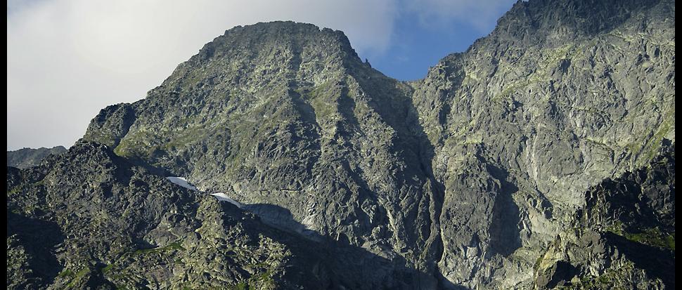 Mięguszowiecka Przełęcz z charakterystyczną skalną iglicą (tzw. Chłopkiem) widziana z Morskiego Oka.