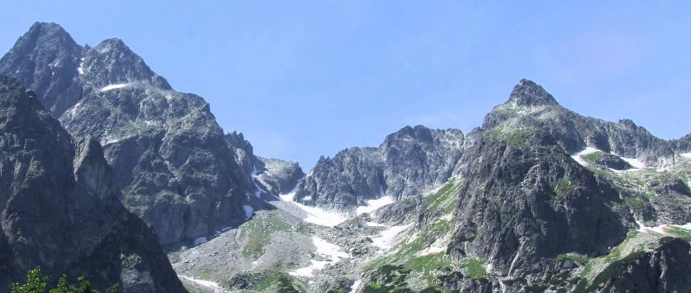 Dolina Dzika. U góry po lewej stronie Durny Szczyt i Mały Durny Szczyt.