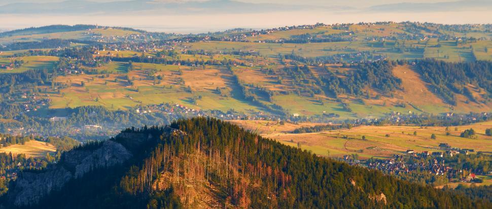Na pierwszym planie Nosal, a dalej kolorowe pola i łąki. Wczesne wstawanie ma swoje zalety.