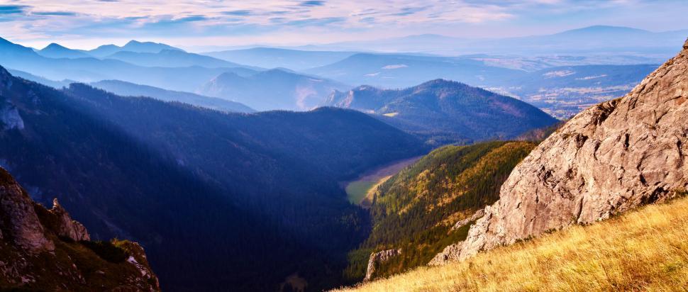 Na niebie pojawiają się już pierwsze chmury ale to nie zmienia faktu, że nadal jest pięknie. Widok w stronę Doliny Małej Łąki.