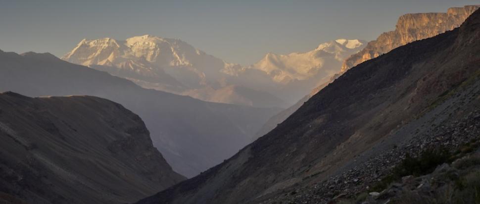Widok z Pamiru na zaśnieżone szczyty Hindukuszu w Afganistanie