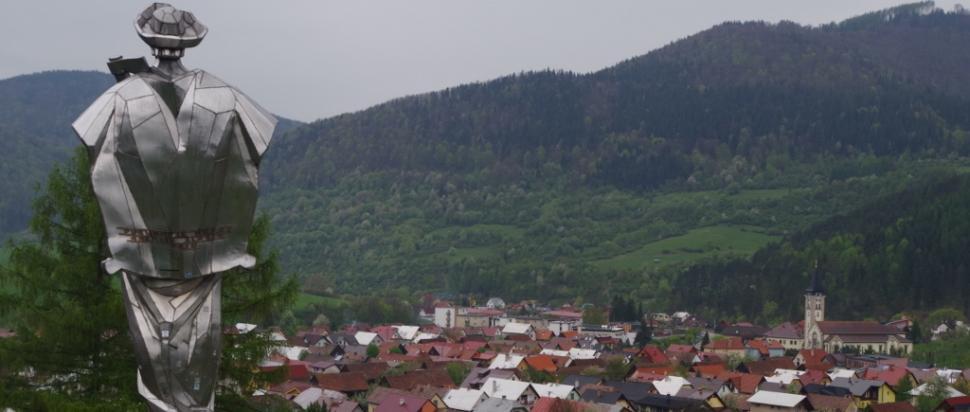 Jánošíkova socha i widok na Terchovą