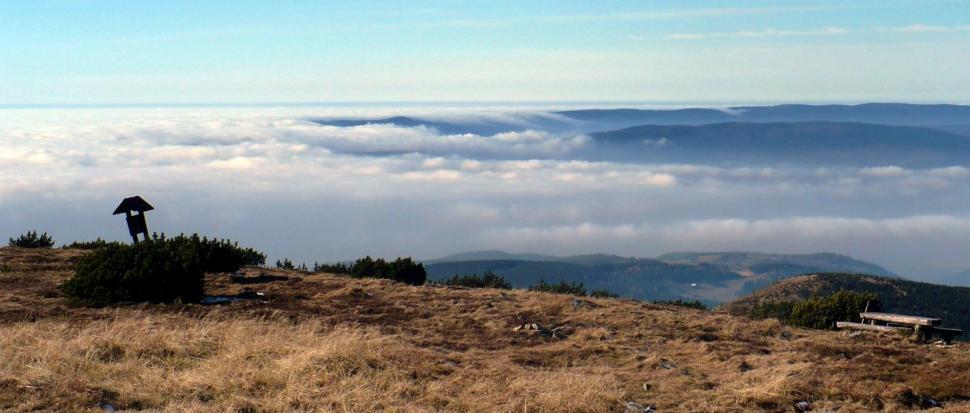 Chmury przewalające się przez Góry Bystrzyckie.