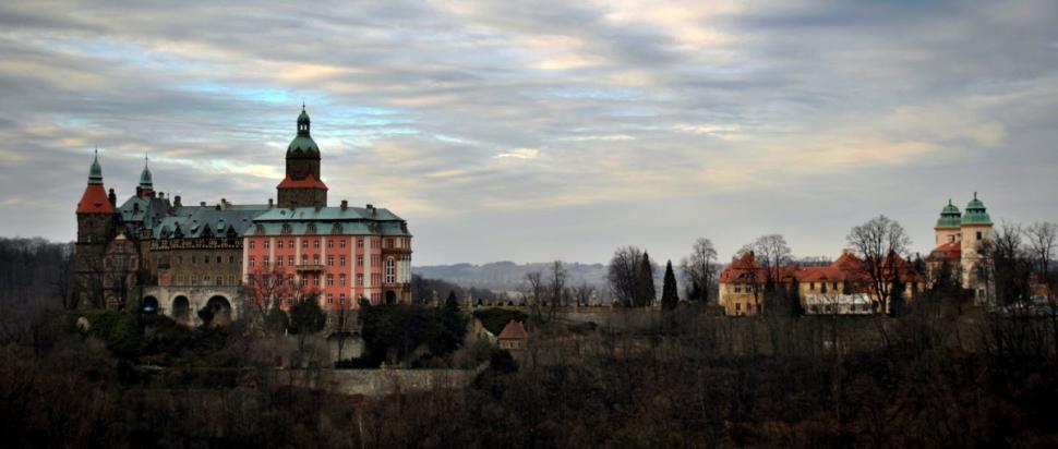 Widok na Zamek Książ z punktu widokowego Skały Olbrzyma.
