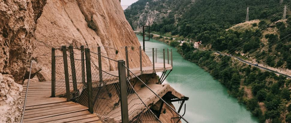 widok z trasy El Caminito del Rey na rzekę Guadalhorce_neverendingtravel.pl