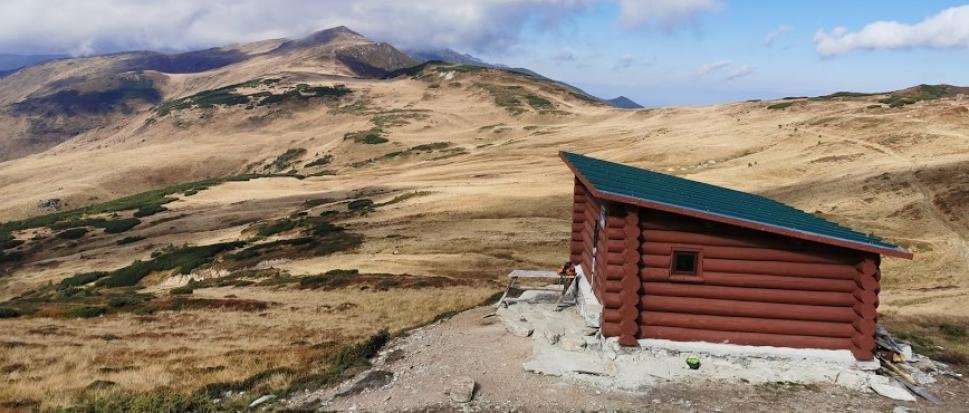 Malownicze położenie chatki na przełęczy Gărgălău