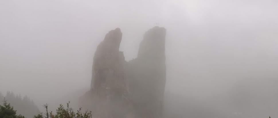Pietrele Doamnei wyłaniające się z mgły